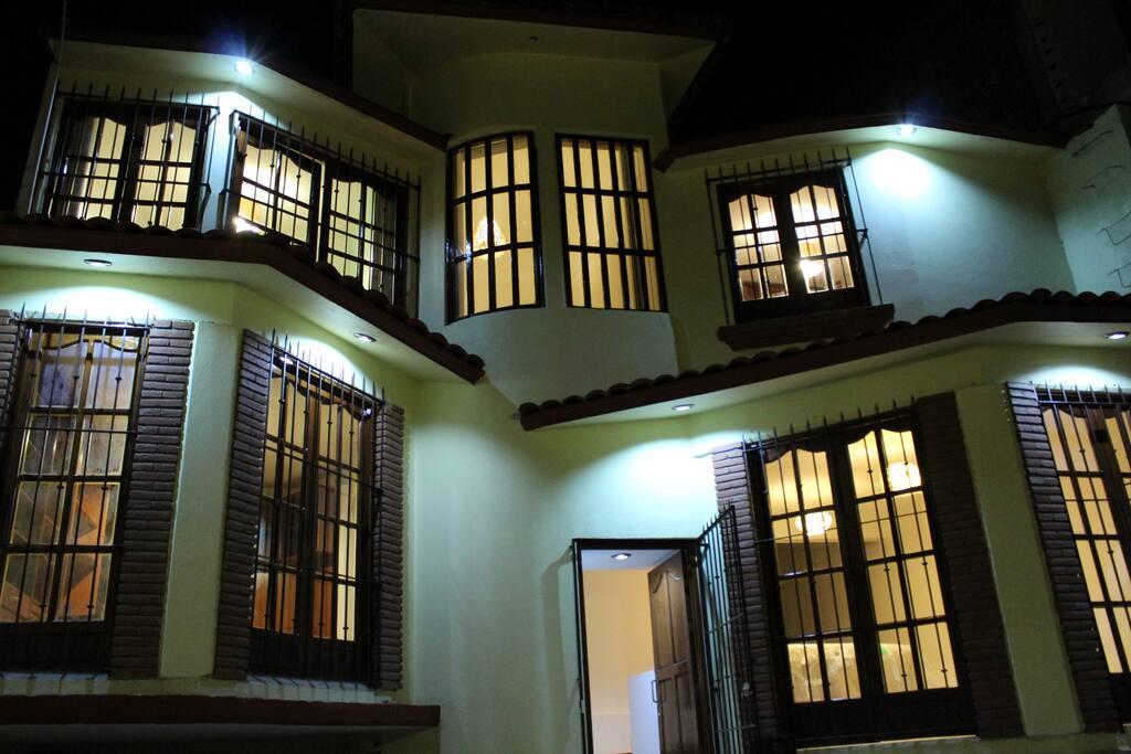 En Casa Rhoyej, encontrarás una experiencia de tranquilidad, comfort, seguridad y detalles de artesanias, a un precio super accesible