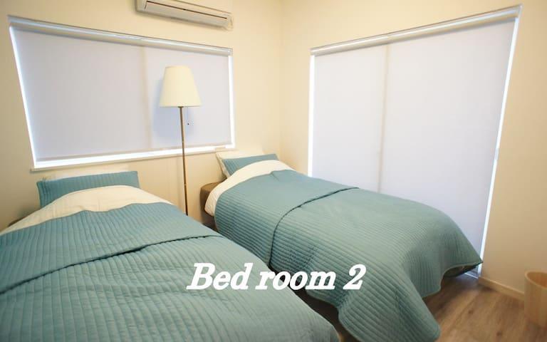 【ベッドルーム2】大きな窓があり、明るいお部屋です。全身鏡があります。