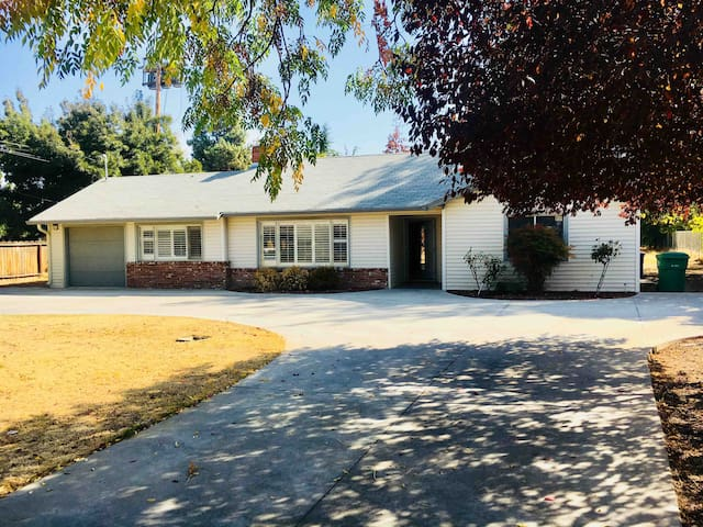 Entire home in the heart of Porterville! RVs OK!