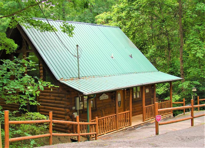 All Knotty, Mtn. View, WiFi, Hot Tub, Gatlinburg