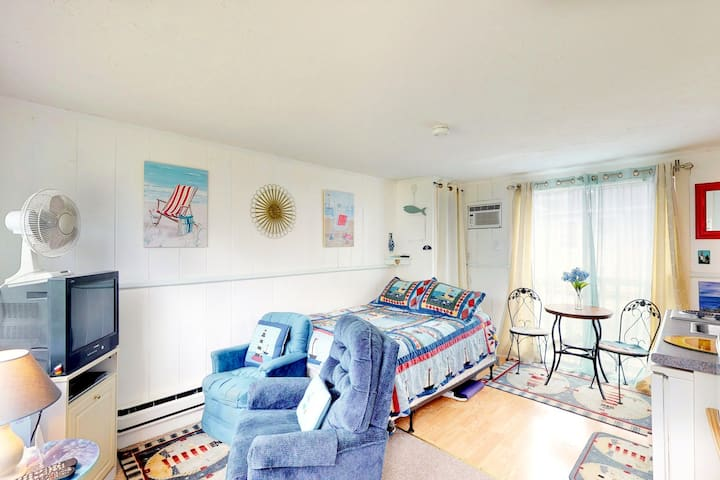 Bright seasonal studio condo with shared pool and close to beach!