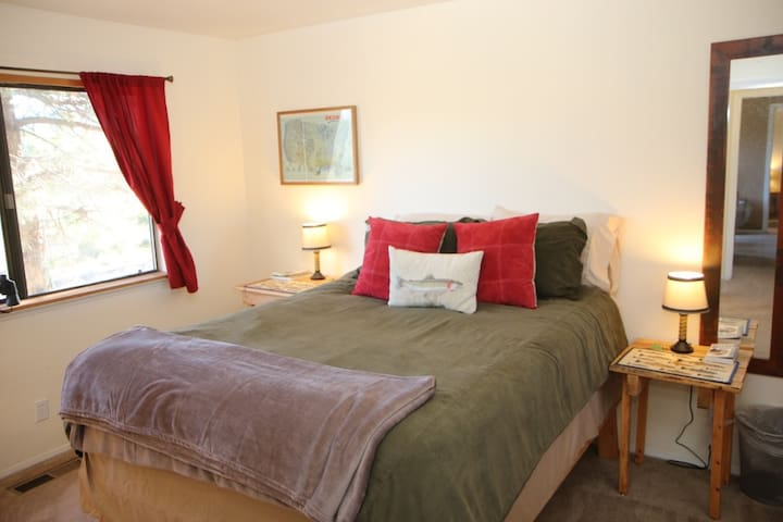 Private Queen Room - Mtn Views, 2 mi to Downtown!