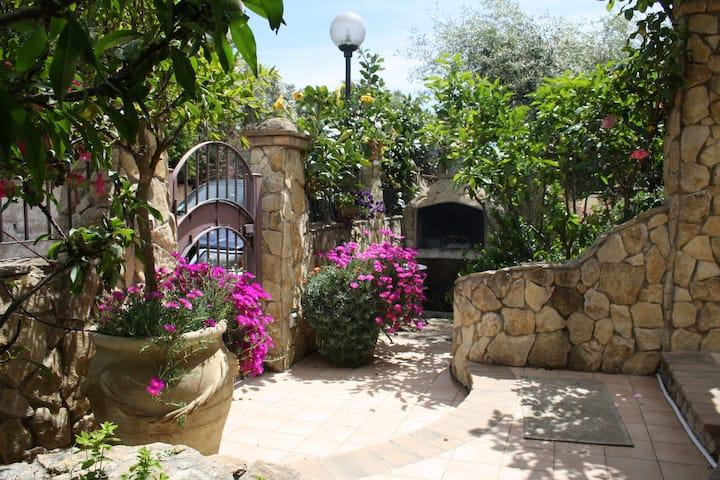 Graziosissima villa 300mt dal mare  I.U.N.  P1162