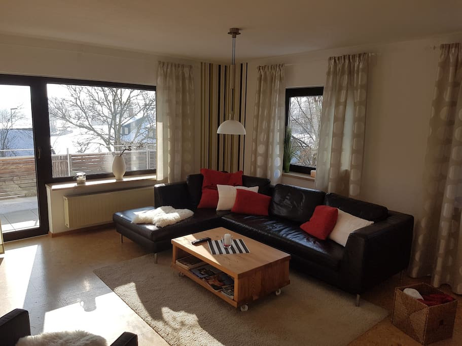 Echtledersofa im Wohnbereich mit Zugang zum großen Balkon