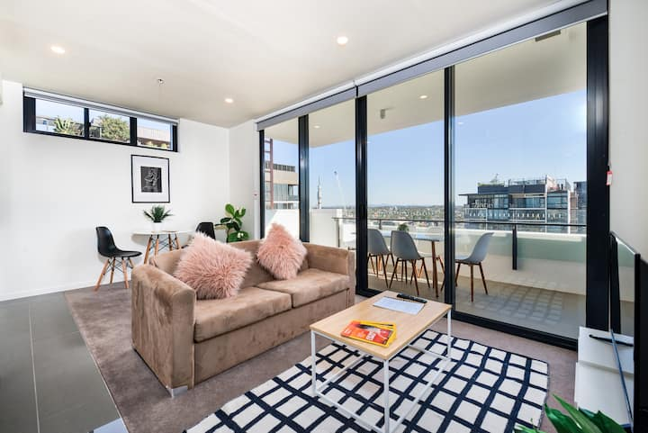 Amazing Views & Location! Modern South Bank Apt
