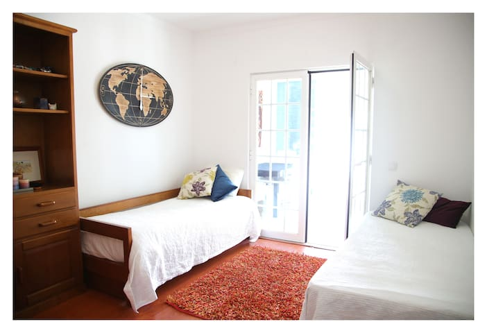 Quarto 2/ 2nd room (1 bed has a drawer)