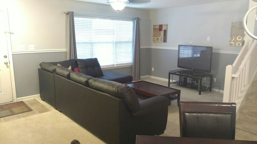 Full Home Quiet Private Location - Greensboro - Townhouse