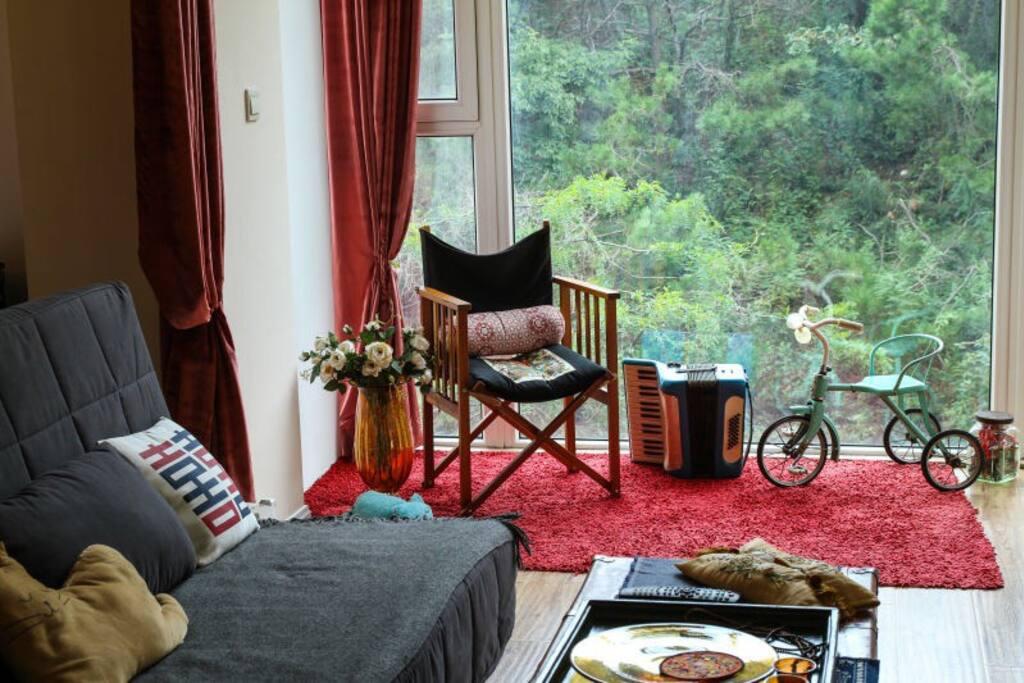 窗外是整面的山景哦!放了一把导演椅在窗前!
