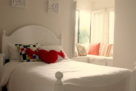A sunny house close to the golf course-White room - La Verne - บ้าน