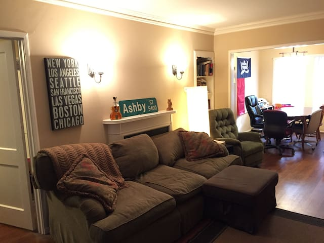 2 Bedroom Apartment - Easy Access to Super Bowl