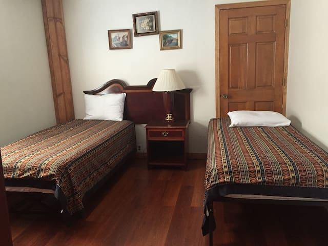 Room with two beds, in Belmont Cragin! - Chicago - Wohnung