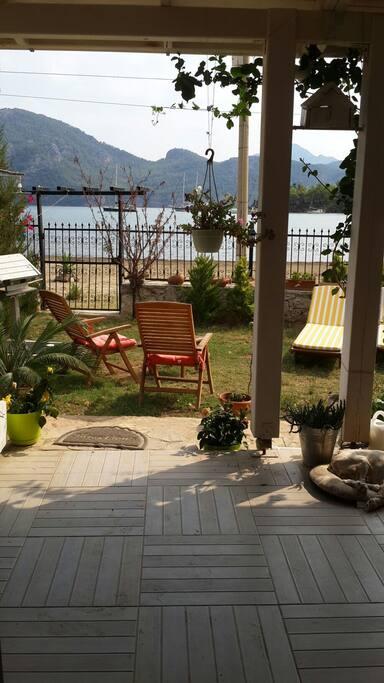 Dairemizin önünde geniş terası,yemeklerinizi yiyebileceğiniz masasıyla önündeki bahçesi dinlenme ve güneşlenme köşelerine ev sahipliği yapıyor.