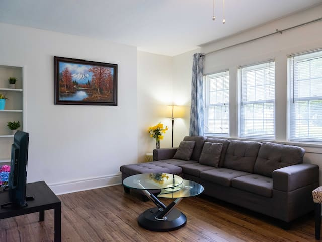 Central Niagara home with king bed ,wifi, Neflix