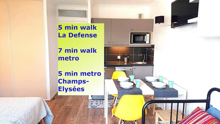 7 min walk Metro Line 1, La Defense, Paris, 4 pers