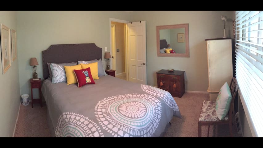 Beach Room in Beautiful WDM Home - West Des Moines - Huis