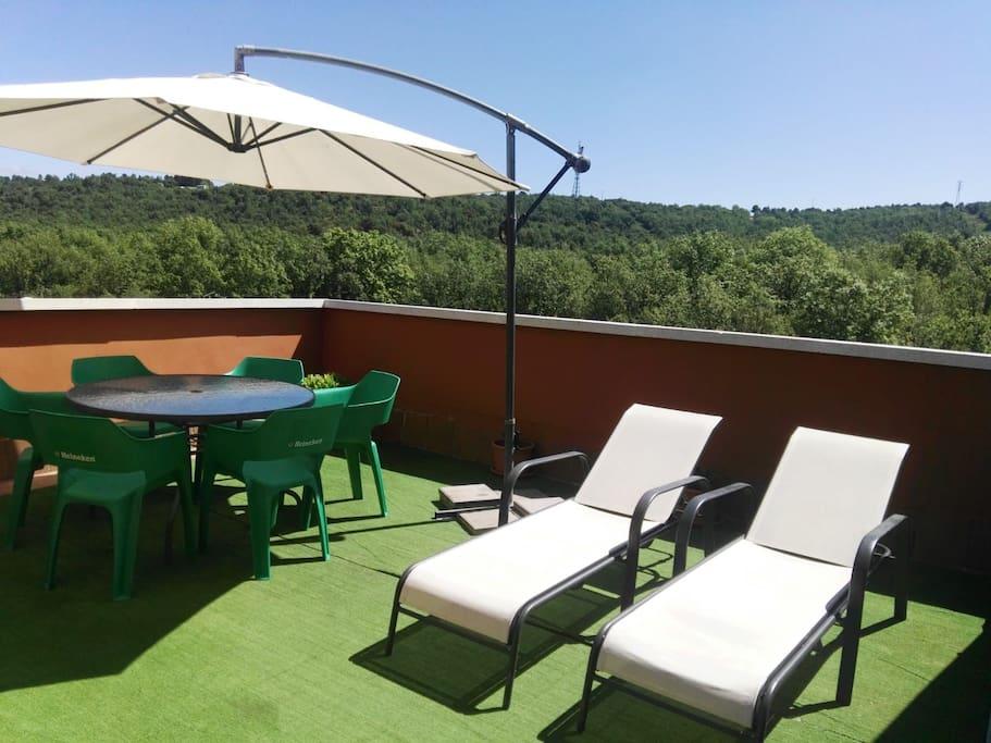 Zona de terraza para comer y tumbonas