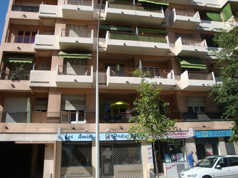 Façade immeuble (appartement au 1er étage où il y a le parasol vert)
