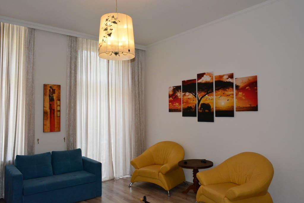 Wohnzimmerecke und klappbare Sofa Зона отдыха и раскладной диван