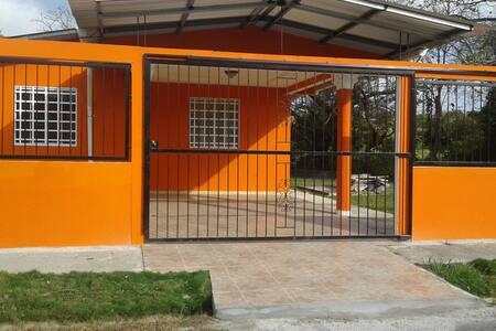 En la  casita Naranja esperamos por ti
