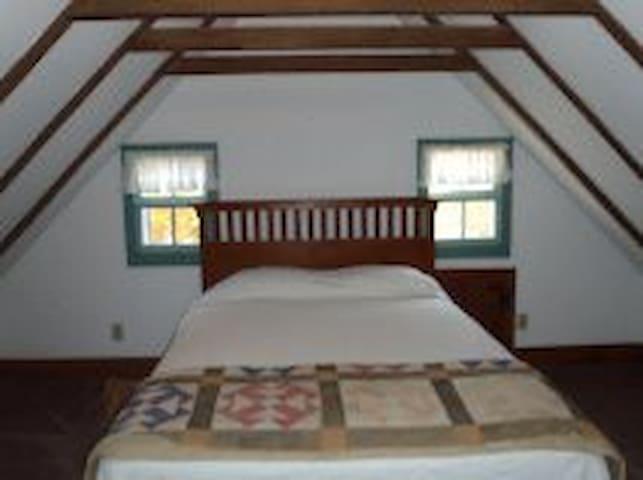 Queen size 2nd bedroom.