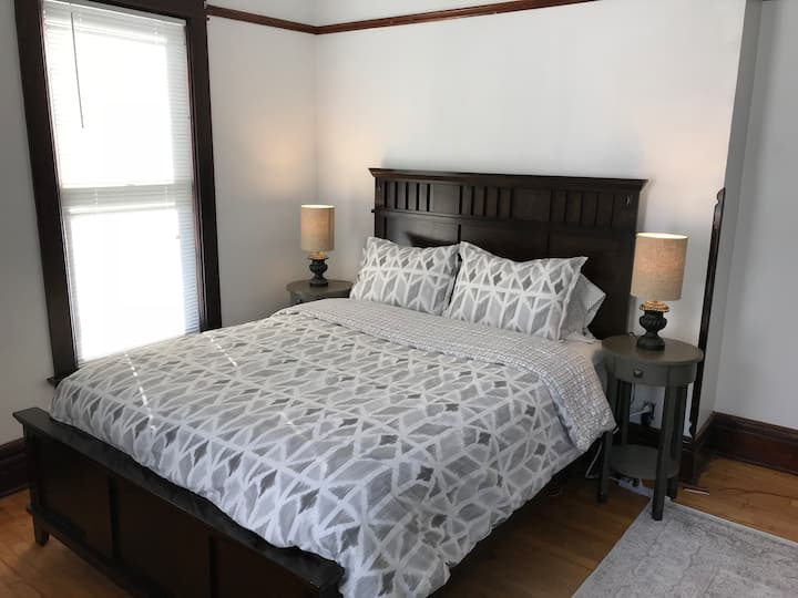 Lovely, Urban Queen Room Near Downtown [4c]