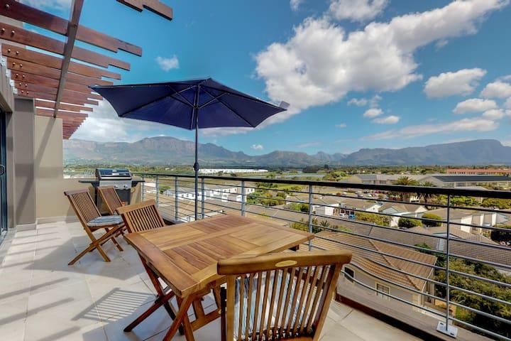 Contemporary, upmarket accommodation with full kitchen & balcony
