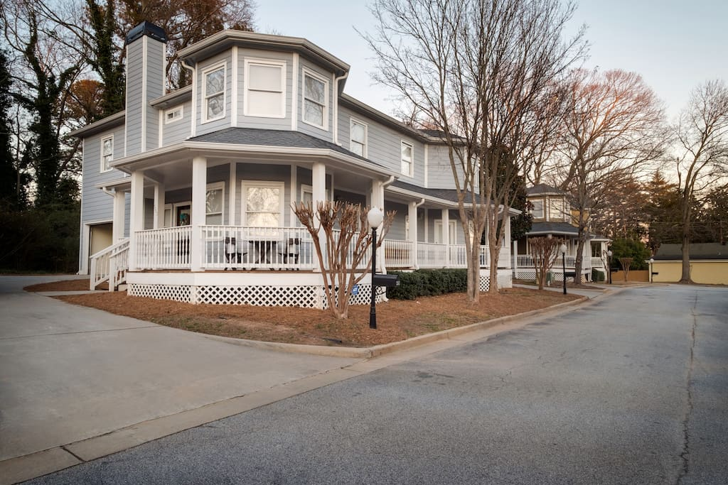 Welcome to the Savannah House right outside of Stone Mountain Park!