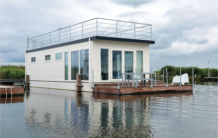 Houseboat with 2 bedrooms on 40 m²