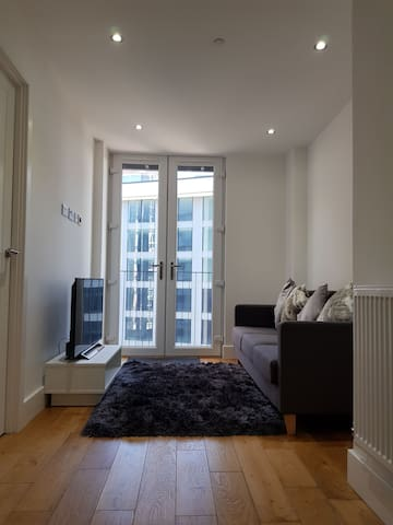 Modern Apartment in Sutton with View!