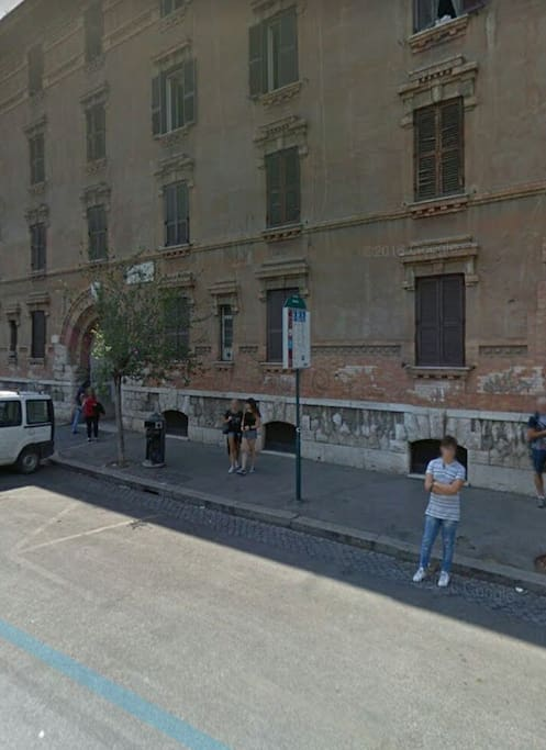 Facciata del palazzo e fermata bus sotto casa  Outside home and bus stop by the house
