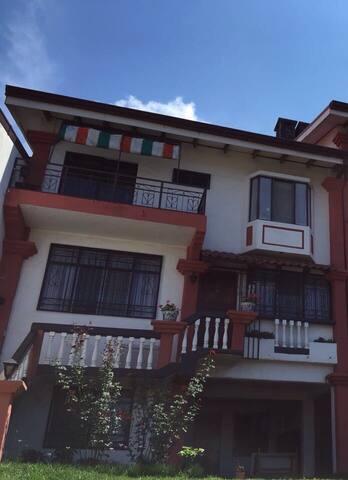 Habitación con balcón en San Pedro. - San Pedro - Huis
