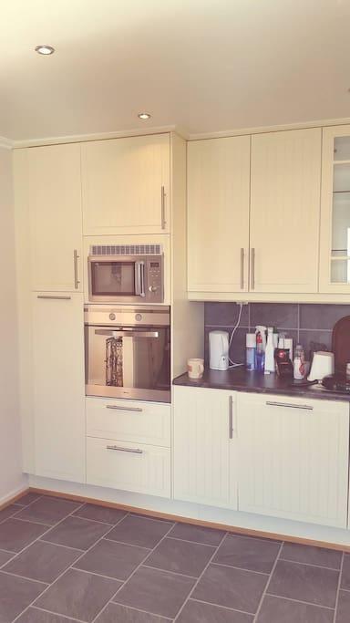 Kjøkkenet har kjøleskap, fryseskap, koketopp, stekeovn og mikro.