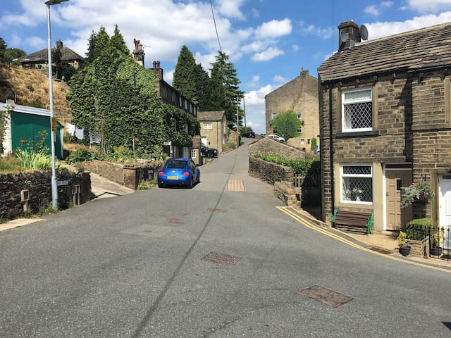 No.18 Holmfirth+parking. Ideal - walks/fresh air!