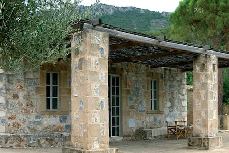 Belle maison en pierre avec vue unique sur la mer - Kitries - บ้าน