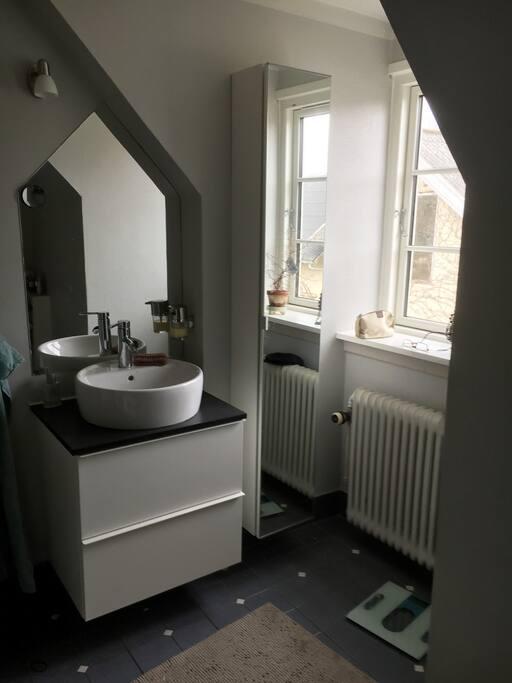 Badeværelse på første sal med bruseniche