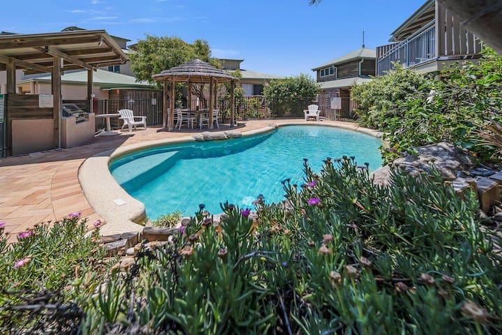 13 Pt Lookout Beach Resort | 1 bedroom, Loft, 1 bath, 50m to beach, sleeps 4