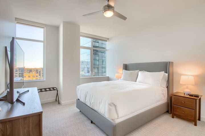 Spacious 1 BR w Private Balcony in Union Station