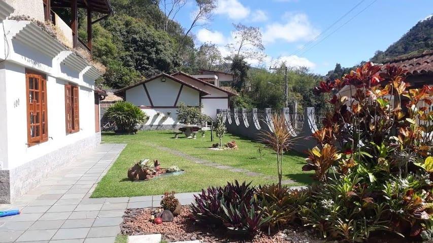 Linda casa com jardim em Domingos Martins (centro)