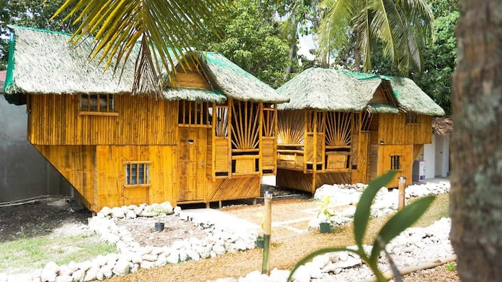 Family size bamboo house w/private hot shower/CR