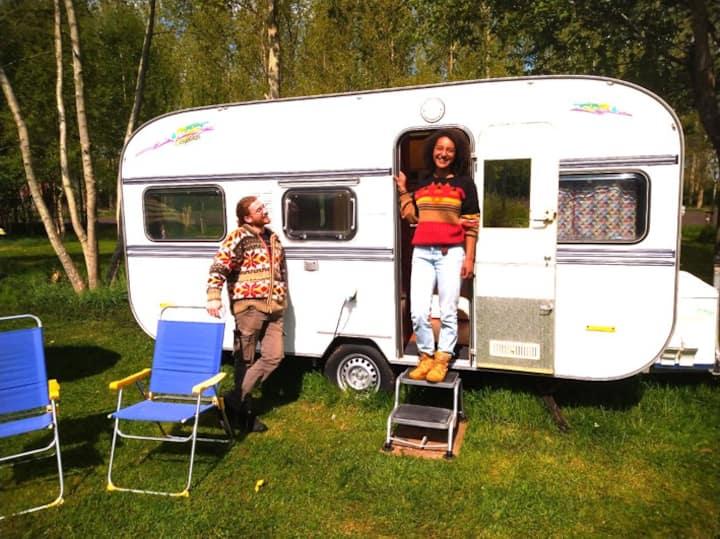 Retro caravan Knaus in natuurtuin