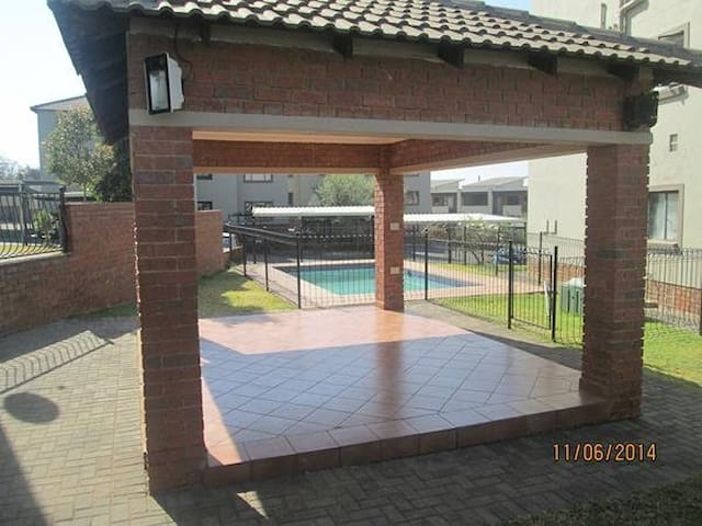 2 Bedroom Flat Close to Fourways - Randburg - Apartament