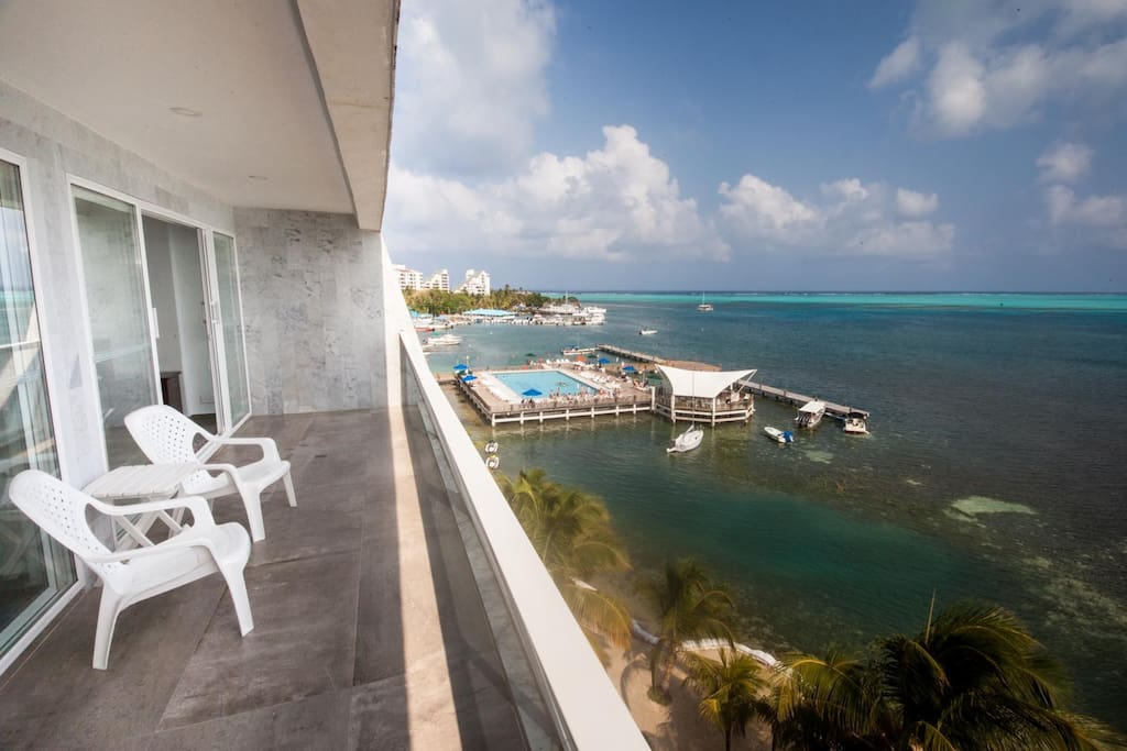 Terraza con sillas y mesa. Hermosa vista de la Bahia.