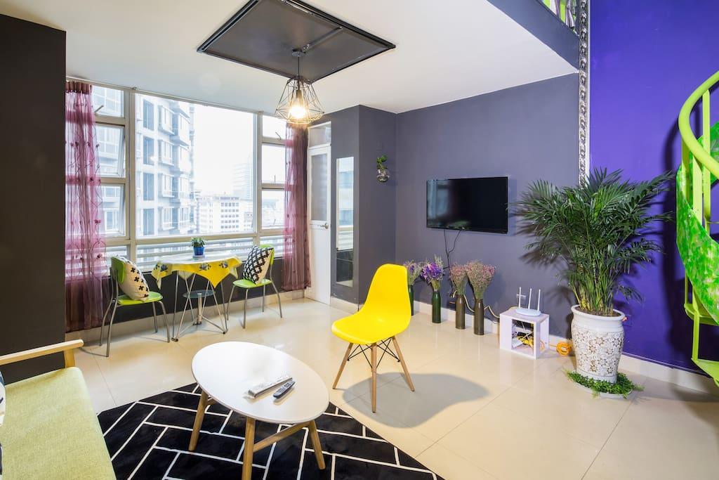 一楼是客厅、开放式厨房和卫生间