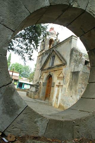 Famosa capilla de los Tres Reyes Magos construida en el Siglo XVI.  A un lado de la casa.