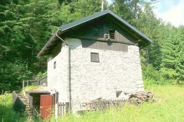 A rustic mountain hut in a sunny and ideal location