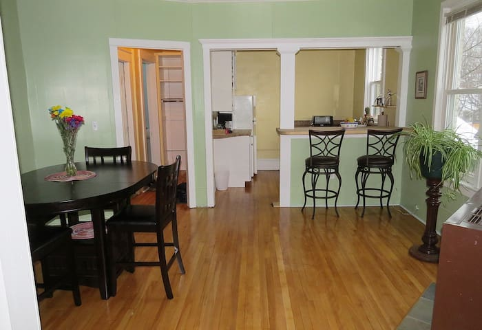 Convenient, spacious 2nd floor apt. - Marquette - Leilighet
