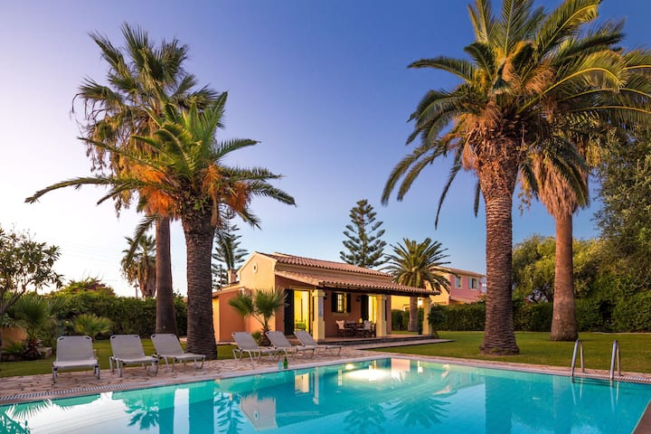Beach Villa Angelos: Superb pool and gardens