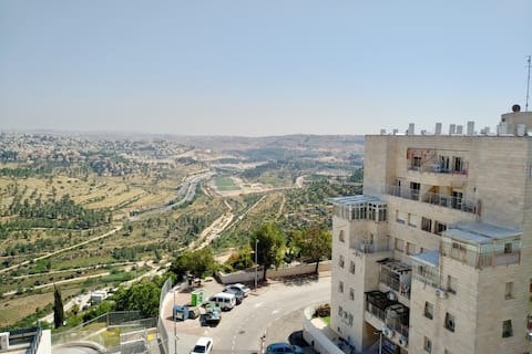Viehättävä Apt Near Park + Ainutlaatuinen näkymä Jerusalemiin!