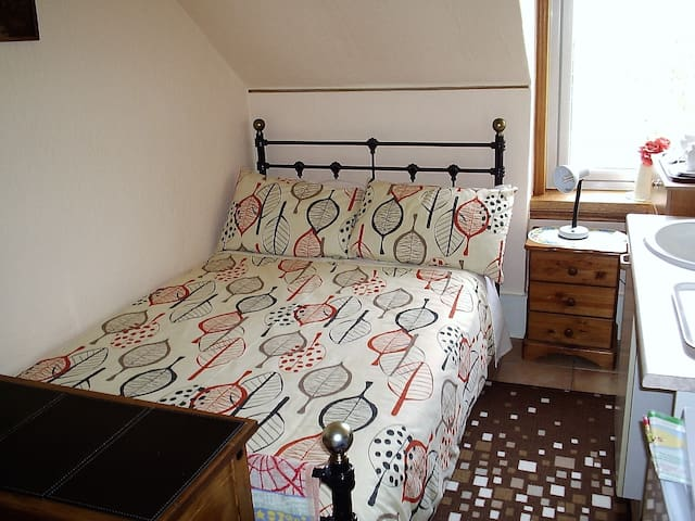 double bed  private bathroom  2 min walk to city - Inverness - Haus