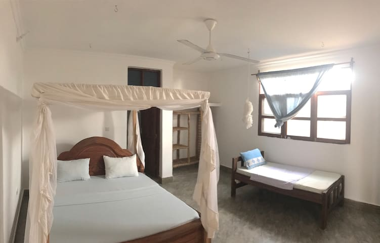 Deluxe double room (1 king size bed, 1 single)